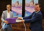 On the left CTO Geert Standaert, on the right the mayor of Ostend...
